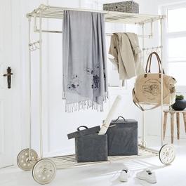 m bel f r die garderobe jacken mantel und co ordentlich verstaut im loberon online shop. Black Bedroom Furniture Sets. Home Design Ideas