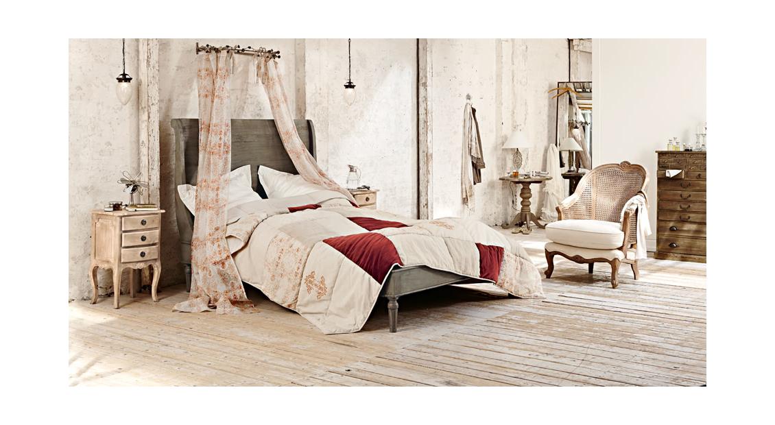 Romantisches Schlafzimmer aus natürlichen Materialien