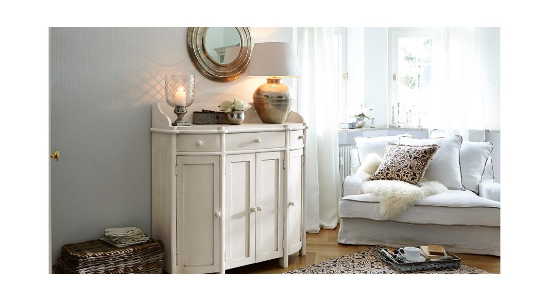 Stilvoll elegantes Wohnzimmer in vornehmen Weiß