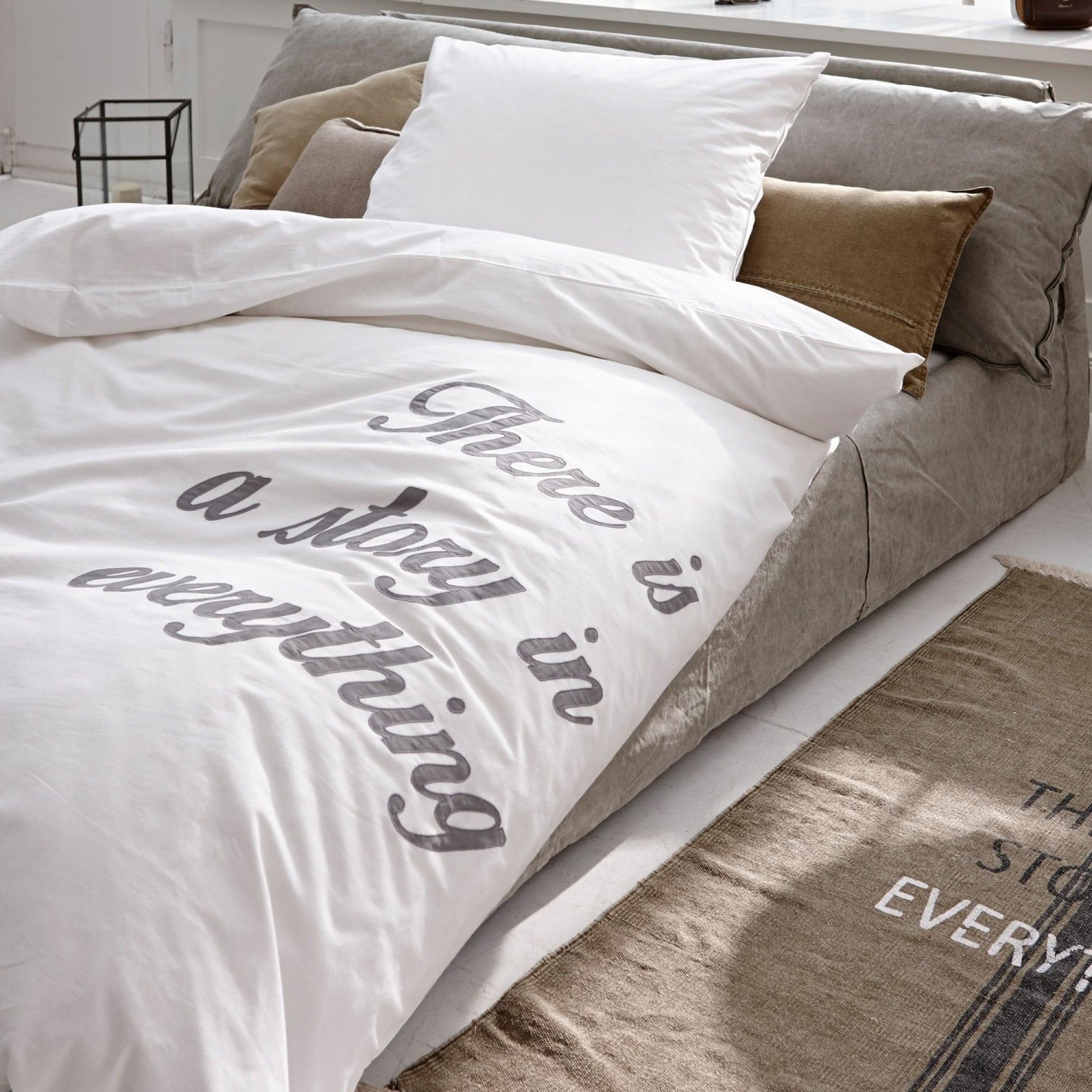 bettw sche wei mit schrift m belideen. Black Bedroom Furniture Sets. Home Design Ideas